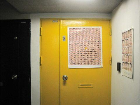 5階までエレベーターで上がると、黄色いドアが迎えます。