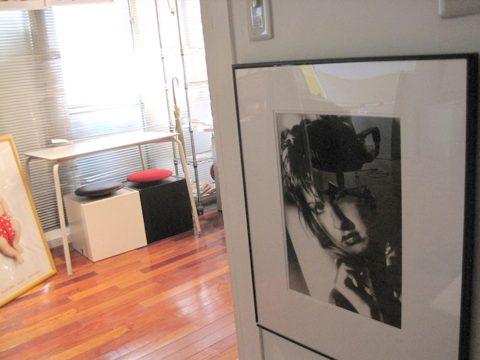 こっちは本職。フォトグラファー堀口マモルのお仕事「シンディ・ローパーのポートレイト」などが展示される中…